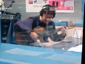 むさしのFM石塚氏曰く、「ギターがものすごくうまいんですよ」