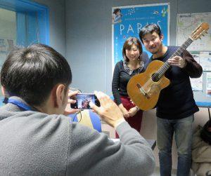 番組パーソナリティの戸澤愛さんと記念撮影。カメラマンはむさしのFMの石塚氏。