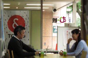 「地元の事だと話が止まらないの(^▽^)/」と小松氏。共通の話題で鯨岡記者と盛り上がっていました。