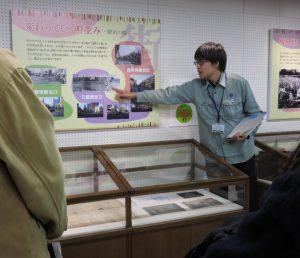三鷹駅北口の銀杏が成長しているのがわかりますね、と波田学芸員。