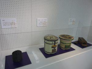 左から、練炭、練炭コンロ、七輪、鰹節削り器。
