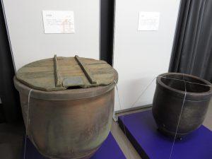 左:味噌甕、右:水甕。味噌と米さえあれば生きていける。味噌は各家庭で大量に作り、保存された。