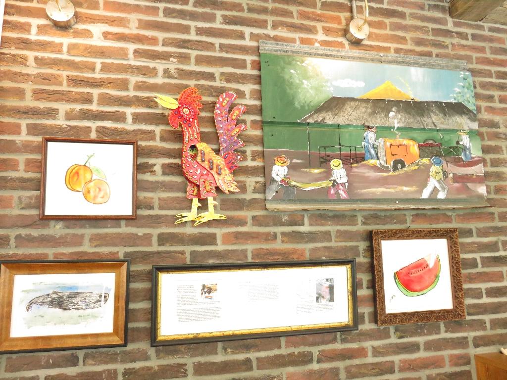 このオブジェと絵画は、社長ではなく別のアーティストの作品(下の写真)。