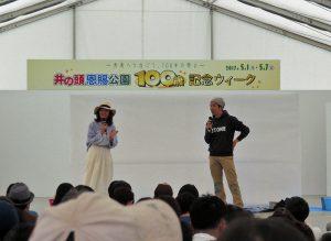 司会の宮原靖子さんと、キン・シオタニさん